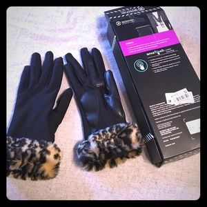 Accessories - Isotoner xs/s gloves black with leopard trim