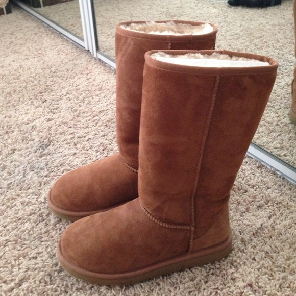 432328a33b CLASSIC II TALL CHESTNUT UGGS (brand new). M 587bfcf27f0a056ee8021132
