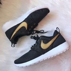 Nike Shoes - Nike Roshe One Print Sneakers