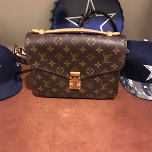 Louis Vuitton Handbags - Authentic Louis Vuitton pochette Metis