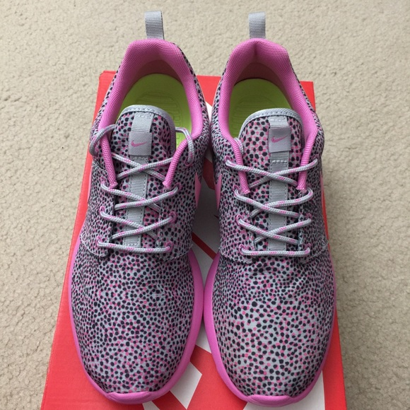 newest 77999 d347b Nike Roshe Run with Pink and Black Dots