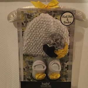 Baby Essentials Other - Baby hat and socks set