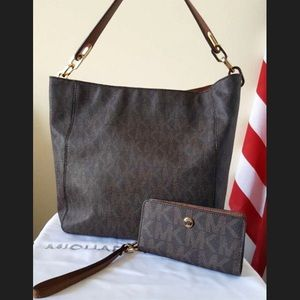 Michael Kors Handbags - Michael Kors Fulton Shoulder Bag With Wristlet