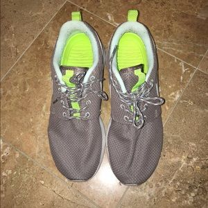 Nike roshe run size 8