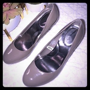 Merona pumps in size 8.5 in olive grey hue