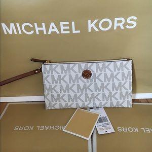 Michael Kors Handbags - 🍥MK clutch vanilla