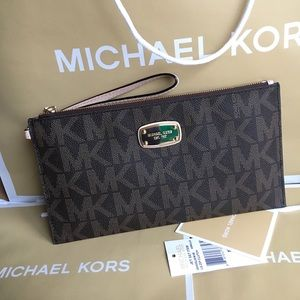 Michael Kors Handbags - 🍥MK clutch/wristlet brown