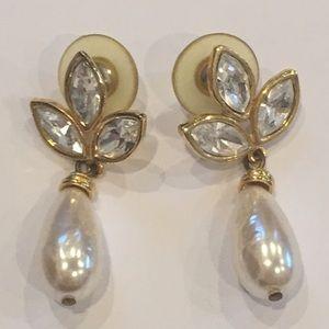 Jewelry - ✅Vintage Faux pearl & gold earrings