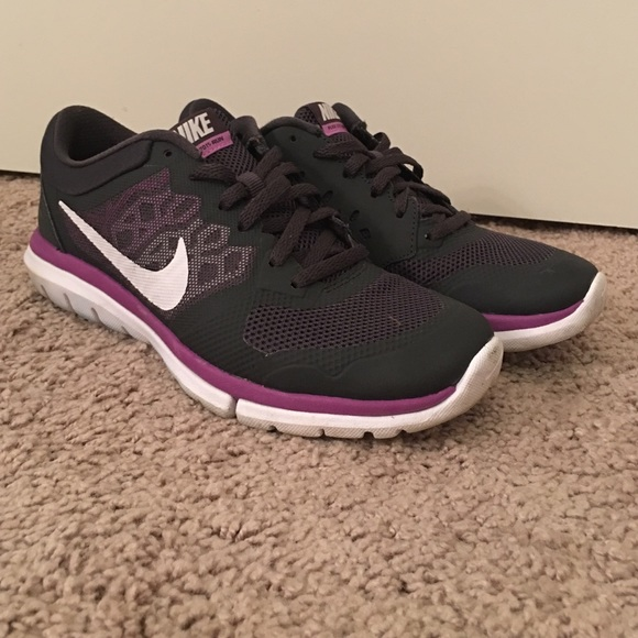 Nike tennis shoes women's size 6