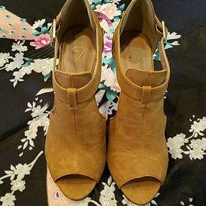 Shoes - Tan Open Toe Heels