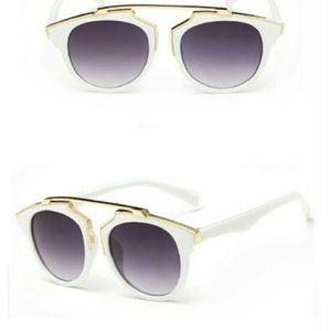 Accessories - White frame chic sunnies 👓