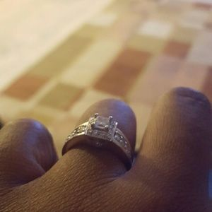Jewelry - 1.00 ct diamond ring with gold band.