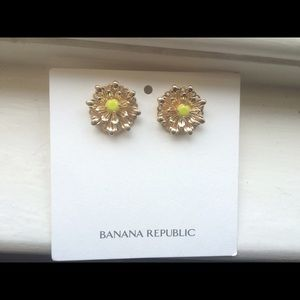 Banana Republic Jewelry - ❗️3 FOR $20❗️BR Gold Flower earrings NWT