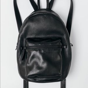 BAGGU Handbags - Soft leather classic backpack.