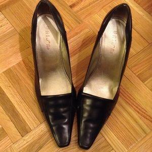 Unisa Shoes - Simple Black Leather Pumps!