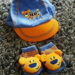 Baby Essentials Other - NWOT 0-6M Tiger Hat and Sock Set