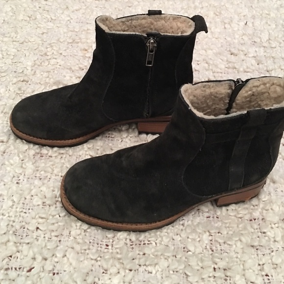 UGG Black Ankle Boot (S/N 5507) w/Sheepskin Sz 5