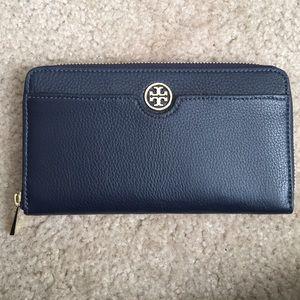 Tory Burch Handbags - NWT Tory Burch Landon Zip Continental Wallet