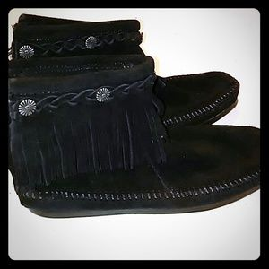 Minnetonka Shoes - Minnetonka Moccasin fringe. Zip shoes/Booties New