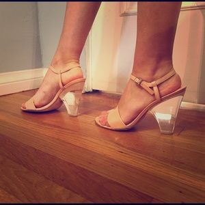 Beautiful shoes Stuart Weitzman nude size 8.5
