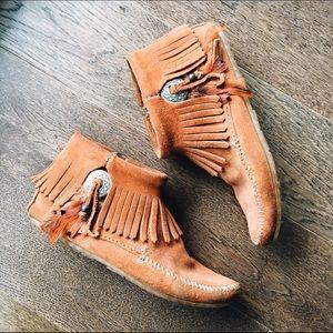 Minnetonka Shoes - ✨Minnetonka concho feather boot