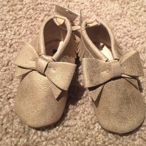 GAP Other - NWT Baby Gap rose gold moccasin bow booties 6-12 m