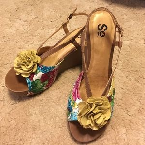 Soho Apparel Shoes - Adorable floral wedges