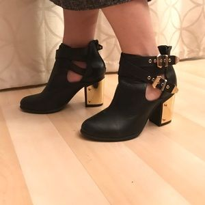 Shoemint Shoes - Black leather bootiess with gold details