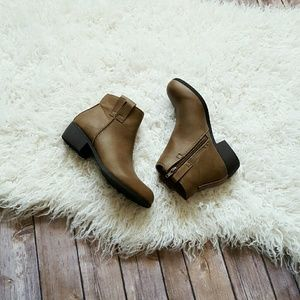 Qupid Shoes - New tan ankle booties