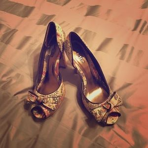 Flirty and cute peep toe heels 👠