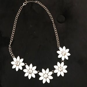 Jewelry - White flower necklace