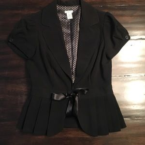 Black blazer with lovely details. Shirtsleeve.