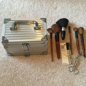 comeco Other - Silver make up box with set of brushes and eyelash