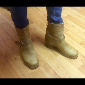 Vibram Shoes - Tan leather boots