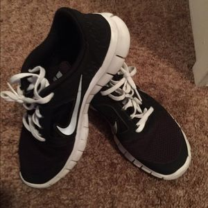 Women's Nike shoes size 7y in kids so 8 women's