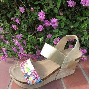 Shoeroom21 boutique Shoes - Ladies ankle strap wedge sandal in gold color.