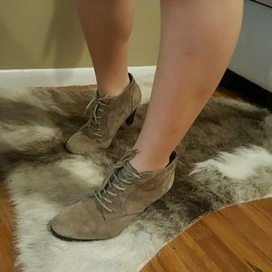 Heeled, laced bootie