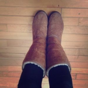 Tall chestnut ugg boots with design