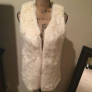Jackets & Blazers - Beautiful Faux Fur Vest!❤️