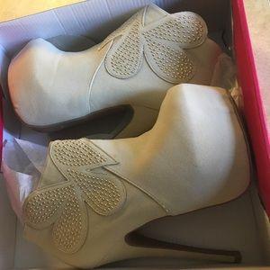 NWB heels  size 6 women's