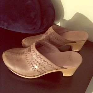 Leather UGG clogs with wooden heel