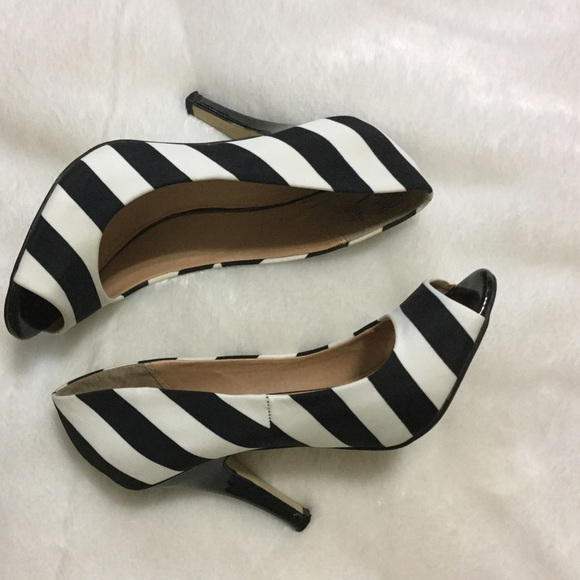 Fioni black white striped peep toe pump