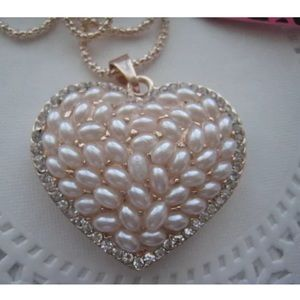 BETSEY JOHNSON OPALESCENT HEART NECKLACE !