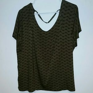 Green and black Old Navy T-shirt
