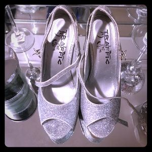 Traffic Shoes - 👠💎 SILVER SPARKLY HEELS 💎👠