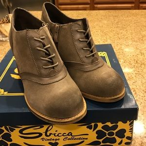 Sbicca Shoes - Sbicca taupe heeled leather Oxford shoes / bootie