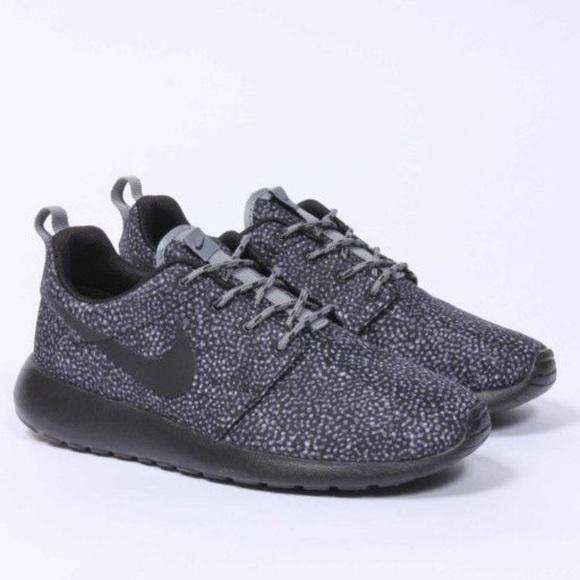 aa423fbf31df Rare all black speckled Nike roshes. M 59abc970620ff7e793053335