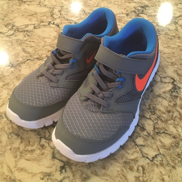 Boys Nike Sneakers With Velcro Strap