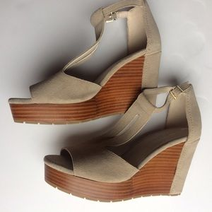 Kenneth Cole Shoes - NEW Kenneth Cole New York platform sandals.