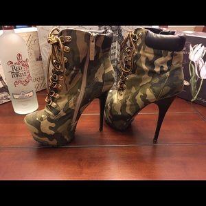 Alba Shoes - Alba Camo Platform Ankle Boots, Size 8.5